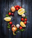 Tomaten met kruiden en kruiden, ingrediënt voor tomatensaus, hoogste mening Royalty-vrije Stock Fotografie