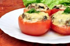 Tomaten met paddestoelen worden gevuld die Stock Afbeeldingen