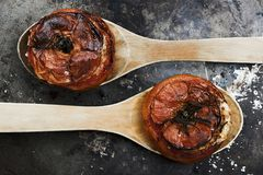Tomaten met rijst met houten lepels op metaalplaat royalty-vrije stock foto's