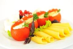 Tomaten met verfraaide die kaas worden gevuld, prachtig. Royalty-vrije Stock Foto