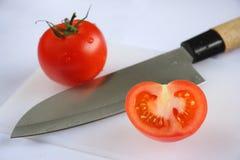Tomaten mit Messer Stockfoto
