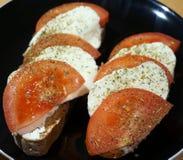 Tomaten mit Mozzarella Lizenzfreie Stockbilder
