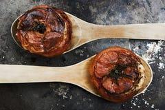 Tomaten mit Reis mit hölzernen Löffeln auf Metallplatte lizenzfreie stockfotos