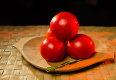 Tomaten mit Rosmarin lizenzfreies stockfoto