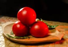 Tomaten mit Rosmarin und Basilikum stockbild