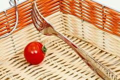 Tomaten och dela sig i en korg Arkivfoto