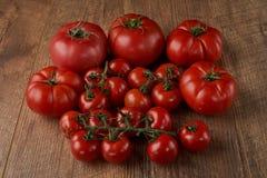 Tomaten op de houten achtergrond Stock Foto's
