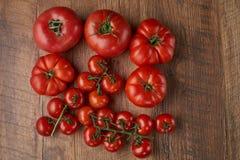 Tomaten op de houten achtergrond Royalty-vrije Stock Afbeelding