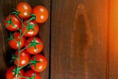Tomaten op de lijst een plaats voor een etiket stock afbeelding