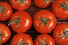 Tomaten op een houten lijst Stock Foto's