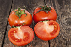 Tomaten op een houten lijst Stock Afbeeldingen