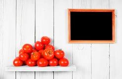 Tomaten op een houten plank stock foto