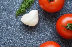 Tomaten op grijze achtergrond stock foto's