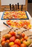 Tomaten op het drogen worden voorbereid die Royalty-vrije Stock Afbeelding