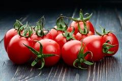 Tomaten op houten achtergrond stock afbeelding