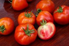 Tomaten op houten lijst Stock Afbeeldingen