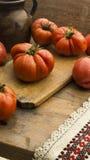 Tomaten op rustiek houten hakbord en houten lijst Royalty-vrije Stock Foto