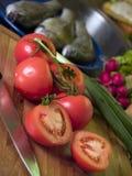 Tomaten op scherpe raad Stock Fotografie