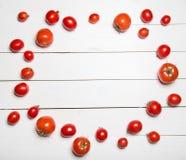 Tomaten op witte houten lijst Royalty-vrije Stock Afbeelding