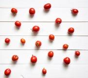Tomaten op witte houten lijst Hoogste mening Stock Foto