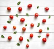 Tomaten op witte houten lijst Hoogste mening Stock Fotografie