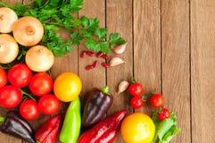 Tomaten, Pfeffer, Zwiebeln auf einem Holztisch stockfotos