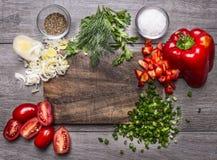 Tomaten, Porreepetersilie und Dill hackten Frühlingszwiebel des roten Pfeffers auf einer Draufsicht des hölzernen Hintergrundes d Lizenzfreie Stockfotografie