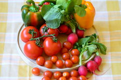 Tomaten, radijzen, peper en peterselie op houten hakbord Stock Foto's