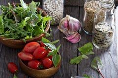 Tomaten, saladebladeren, bonen en rijst Stock Foto