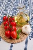 Tomaten, Schmieröl und Knoblauch Stockbild