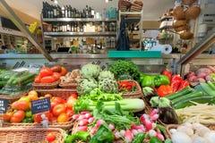 Tomaten, selderie, kool en andere organische groenten, oliën op teller van voedselmarkt Stock Fotografie