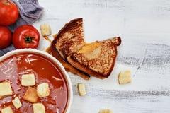 Tomaten-Suppe geschmückt mit Parmesankäseparmesankäse und Croutons Lizenzfreie Stockfotos