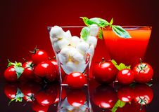 Tomaten, tomatesap, en mozarellakaas Royalty-vrije Stock Afbeeldingen