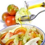 Tomaten- und Gemüsesalat kleidete mit Olivenöl an stockfotos