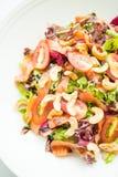 Tomaten- und Gemüsesalat mit Fleisch des geräucherten Lachses Lizenzfreie Stockfotografie