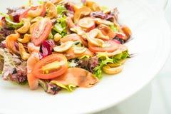 Tomaten- und Gemüsesalat mit Fleisch des geräucherten Lachses Lizenzfreie Stockfotos