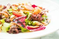 Tomaten- und Gemüsesalat mit Fleisch des geräucherten Lachses Stockfotos