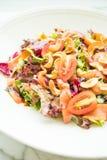 Tomaten- und Gemüsesalat mit Fleisch des geräucherten Lachses Lizenzfreies Stockfoto
