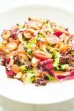 Tomaten- und Gemüsesalat mit Fleisch des geräucherten Lachses Stockbild