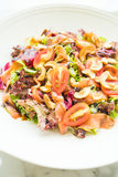 Tomaten- und Gemüsesalat mit Fleisch des geräucherten Lachses Stockfoto