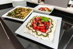 Tomaten- und Mozzarellaplattenverzierung stockfotos