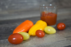 Tomaten und Pfeffer auf Holz Stockfoto
