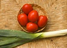 Tomaten und Porrees auf dem Tisch Stockbild