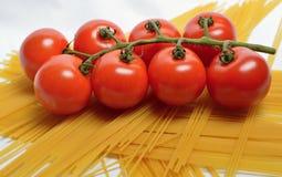 Tomaten und Spaghettis Lizenzfreie Stockfotos