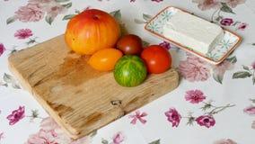 Tomaten van verschillende kleuren met kaas in een keuken