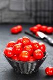 Tomaten Verse tomaten in mand op lijst Stock Afbeelding