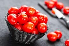 Tomaten Verse tomaten in mand op lijst Stock Foto's