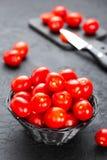 Tomaten Verse tomaten in mand op lijst Stock Fotografie
