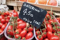 Tomaten voor verkoop bij de marktkraam Stock Afbeelding
