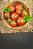Tomaten wie Diätlebensmittel Vorbereiten von gesunden Mahlzeiten Frischgemüse auf einer hölzernen Tabelle lizenzfreie stockfotografie